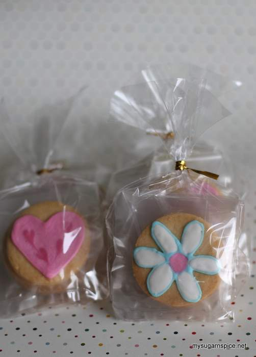 Packed decorated cookies/biscuits