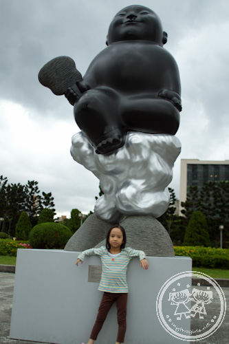 Zaria with Li Zhen's sculpture